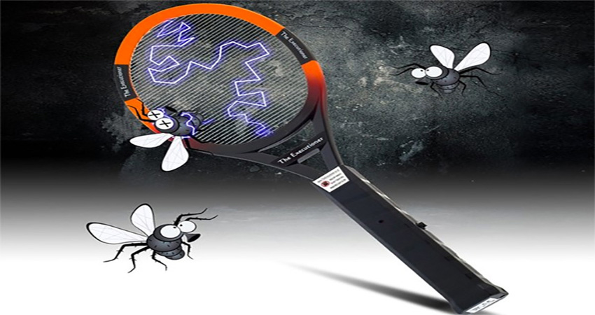 Dùng vợt điện để diệt muỗi rất hiệu quả