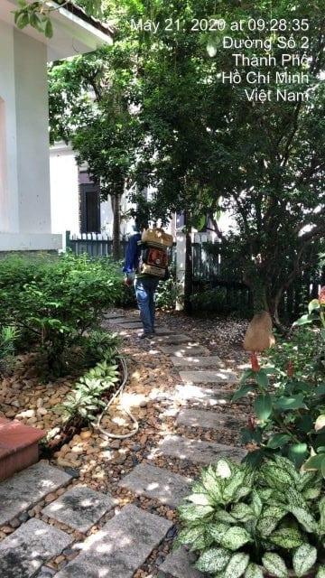 nhân viên Hạnh Long chuẩn bị phun thuốc diệt muỗi